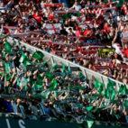 Aficiones del Betis y el Sevilla FC durante un derbi (Foto: EFE)