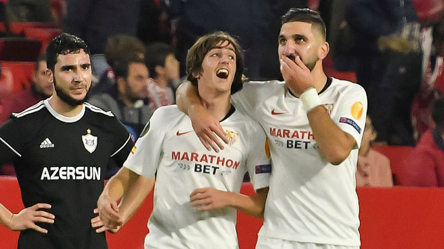 Bryan Gil y Dabbur se abrazan durante el Sevilla-Qarabag (Foto: EFE)