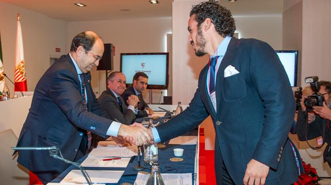 Castro y Del Nido carrasco se saludan en la junta de accionistas del 2018 (Foto: J. J. ÚBEDA)