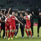 Los jugadores del Sevilla celebran junto a sus aficionados en el Villamarín la victoria contra el Betis (Foto: Manuel Gómez/ABC)