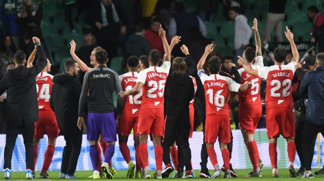 Los jugadores del Sevilla celebraron el triunfo en el derbi con su afición (Foto: Juan José Úbeda)