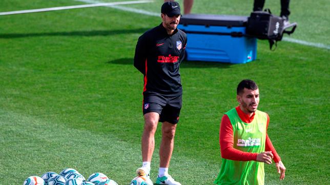 Simeone observa el entrenamiento del Atlético de Madrid (Foto: EFE)