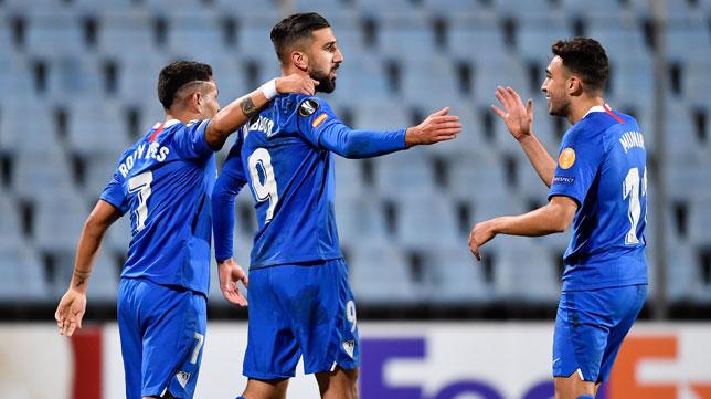 Dabbur es felicitado por Munir y Rony Lopes tras el 0-1 en el Dudelange-Sevilla (AFP)