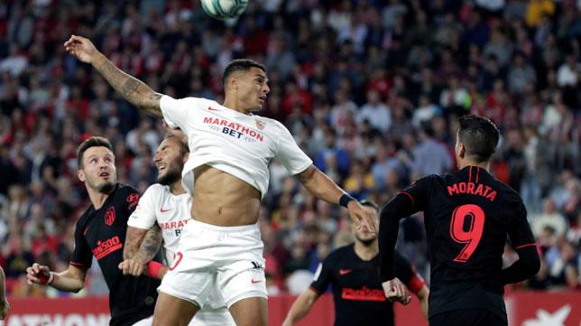 Diego Carlos salta por el balón ante Morata durante el Sevilla-Atlético de LaLiga (Foto: EFE).