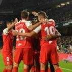 Los sevillistas celebran el gol de De Jong en el derbi (Foto: EFE)