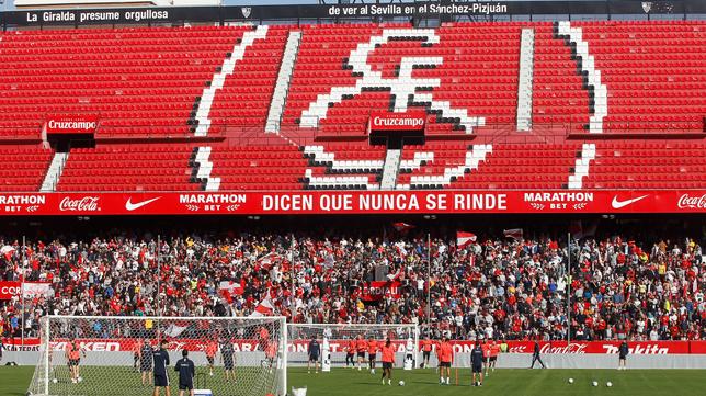 La afición del Sevilla FC en el último entrenamiento antes del derbi (Foto: MANUEL GÓMEZ)