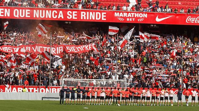 Los jugadores del Sevilla FC ante los aficionados en el entrenamiento antes del derbi (Foto: MANUEL GÓMEZ)