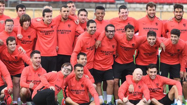 Miembros del Sevilla FC y el Sevilla Genuine posan para los medios (Foto: J.J. Úbeda)