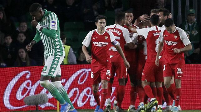 De Jong es felicitado por sus compañeros por su gol en el derbi Betis - Sevilla (Foto: EFE)