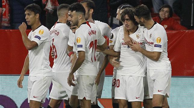 Los jugadores del Sevilla felicitan a Bryan Gil tras su gol ante el Qarabag (Manu Gómez)