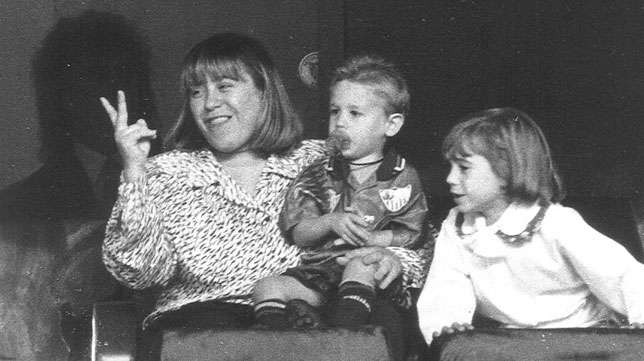 Ian Reina, en el regazo de su madre en el palco del Sánchez-Pizjuán antes del derbi entre el Sevilla y el Betis (Foto: ABC).