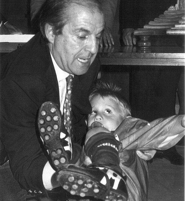 José María García sujeta a Ian Reina en el antepalco del Sánchez-Pizjuán antes del derbi entre el Sevilla y el Betis de 1994 (Foto: ABC).