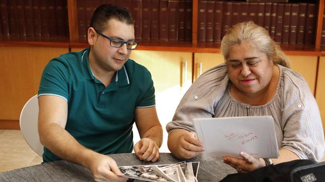 Ian Reina, junto a su madre, Ana María, en la Casa de ABC repasando las fotos del derbi de 1994 (Foto: J. M. Serrano).