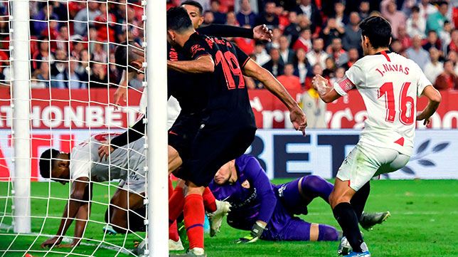 Koundé retiene el balón en la línea de gol del Sevilla-Atlético (EFE)