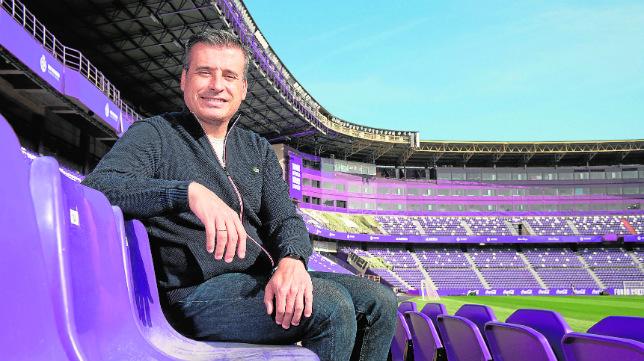Miguel Ángel Gómez posa en las gradas del estadio José Zorrilla (Foto: Rodrigo Jiménez)