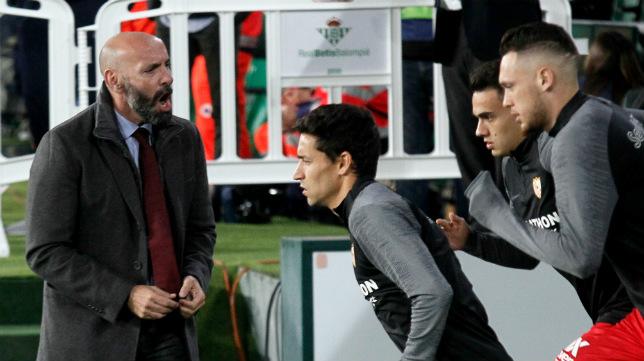 Monchi anima a sus jugadores (Manu Gómez)