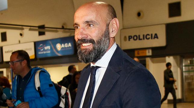 Monchi, en el aeropuerto antes de salir hacia Luxemburgo (Foto: MANUEL GÓMEZ)