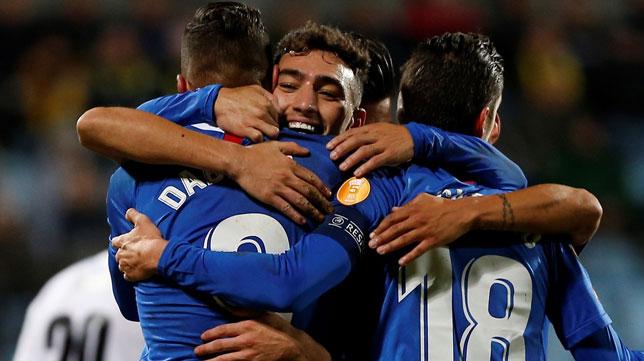 Munir celebra con sus compañeros uno de sus goles en el Dudelange-Sevilla (EFE)