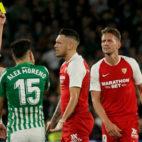 Ocampos ve la tarjeta amarilla ante la mirada del bético Álex Moreno (Foto: Manu Gómez)
