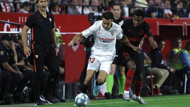 Reguilón pugna con Lemar en un lance del Sevilla-Atlético (J. M. Serrano)