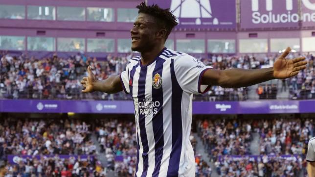 El defensa del Valladolid Mohammed Salisu celebra su gol al Eibar