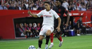 Óliver Torres protege ante Lemar durante el Sevilla-Atlético (Foto: J. M. Serrano).