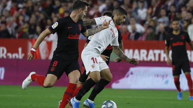 Banega avanza ante Koke durante el Sevilla-Atlético (Foto: J. M. Serrano).