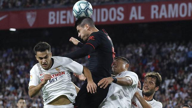 Morata cabecea entre Reguilón y Diego Carlos durante el Sevilla-Atlético (Foto: J. M. Serrano).
