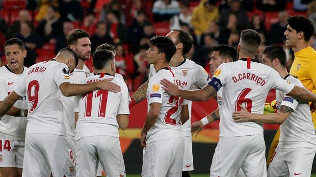 Los jugadores del Sevilla FC, antes del duelo ante el Qarabag. Foto: Manu Gómez