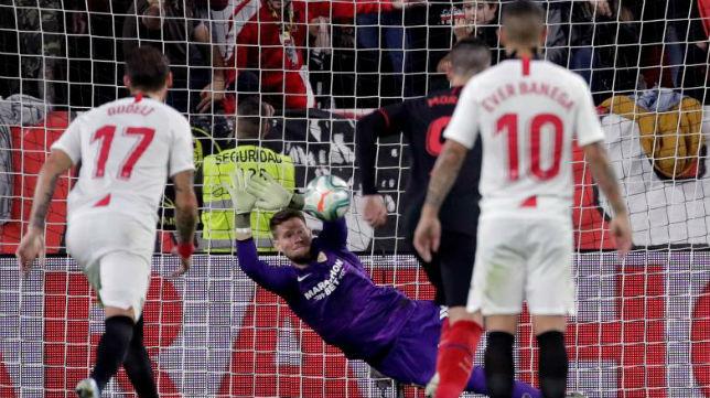 Vaclik detiene el penalti de Diego Costa en el Sevilla - Atlético de Madrid