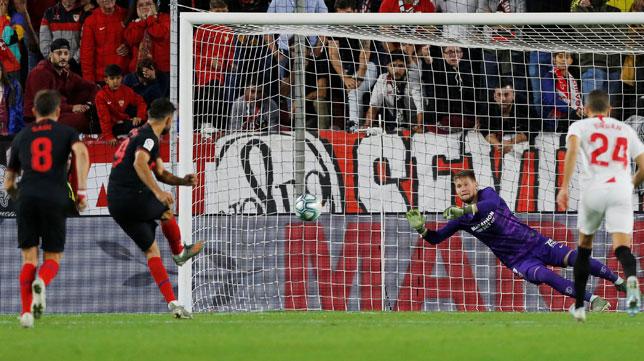 Vaclik de dispone a parar el penalti de Diego Costa (Reuters)