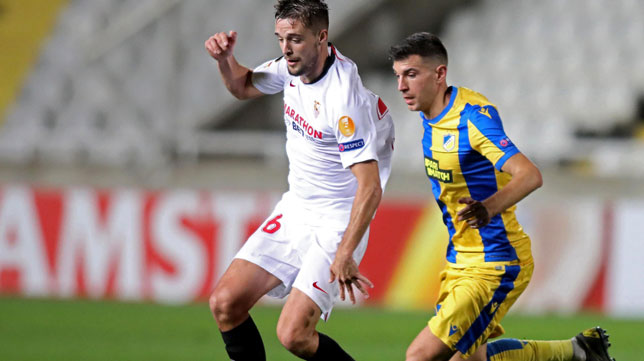 Genaro avanza ante Pavlovic durante el Apoel-Sevilla (Foto: AFP).