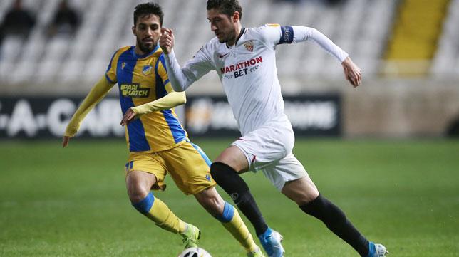 Escudero conduce el balón ante un rival durante el Apoel-Sevilla (Foto: Reuters).
