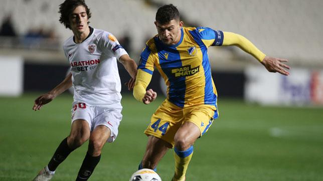 Ioannou avanza ante Bryan Gil durante el Apoel-Sevilla (Foto: Reuters).
