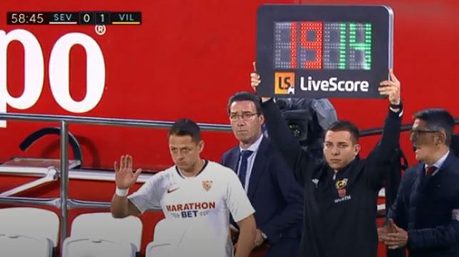 Chicharito espera en el cambio por De Jong durante el Sevilla-Villarreal.