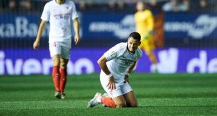 Chicharito se lamenta, durante el Osasuna - Sevilla FC (Foto: SERRANO ARCE)