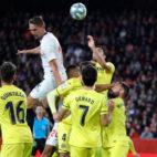 De Jong salta entre varios jugadores en el Sevilla-Villarreal (J. M. Serrano)