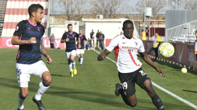 Diabate, del Sevilla Atlético, pugna un balón en el partido ante el Recreativo de Huelva (Foto: Sevilla FC)