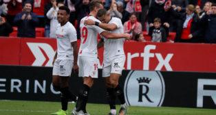 Diego Carlos, felicitado por De Jong y Koundé en el Sevilla-Leganés (J. M. Serrano)