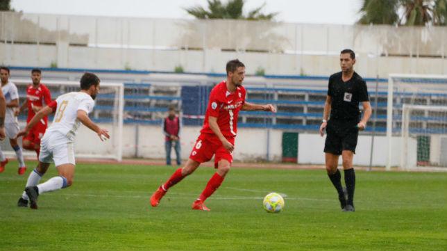 Genaro conduce la pelota en el Marbella - Sevilla Atlético (Foto: Sevilla FC)