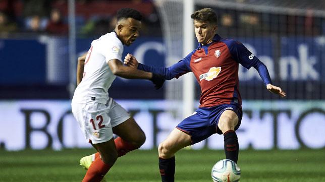 Koundé trata de marcharse de un rival durante el Osasuna-Sevilla (Foto: Serrano Arce).