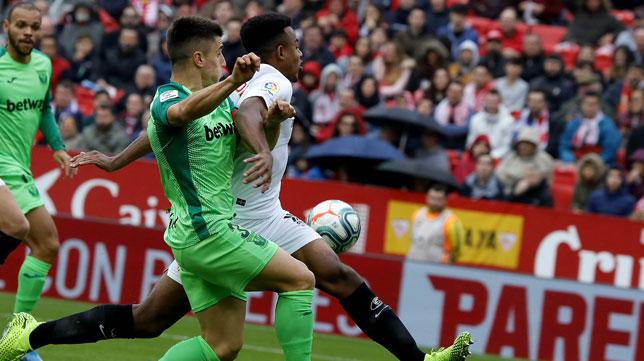 Koundé protege el balón en un lance del Sevilla-Leganés (J. M. Serrano))