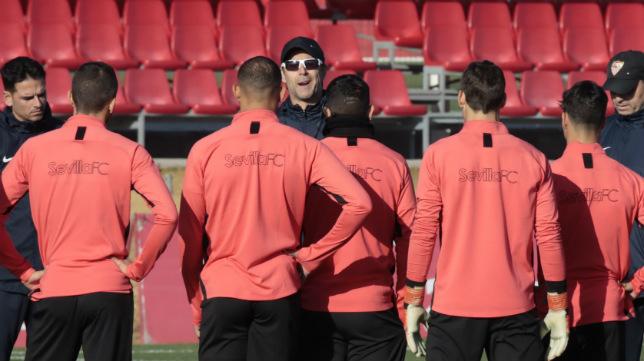 Lopetegui se dirige a sus jugadores en el último entrenamiento antes de enfrentarse al Osasuna (Foto: Raúl Doblado)