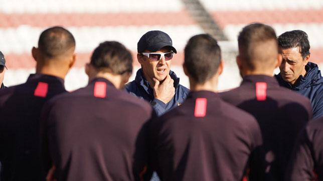 Lopetegui se dirige a sus jugadores en un entrenamiento del Sevilla (SFC)