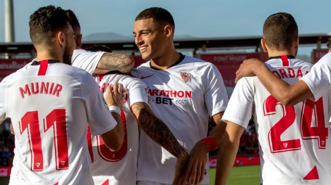 Diego Carlos celebra con sus compañeros su gol en el Mallorca-Sevilla (EFE)