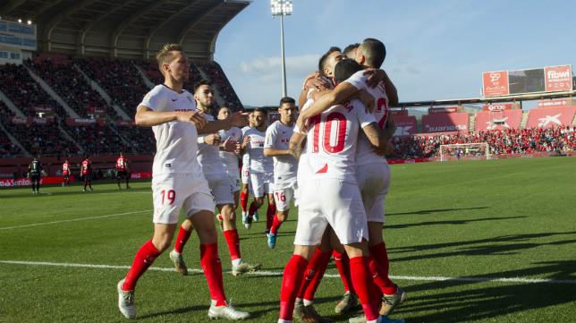Los jugadores del Sevilla FC celebran el gol de Banega en Son Moix (AFP)