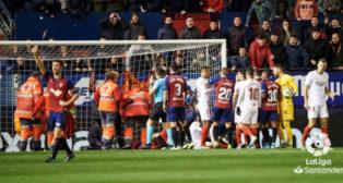 Marc Cardona es atendido por los servicios médicos del Osasuna y del Sevilla FC. Foto: LaLiga