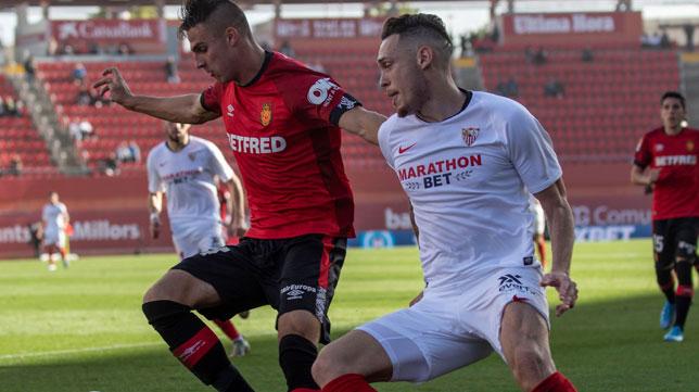 Ocampos presiona a Valjent durante el Mallorca - Sevilla (Foto: EFE).