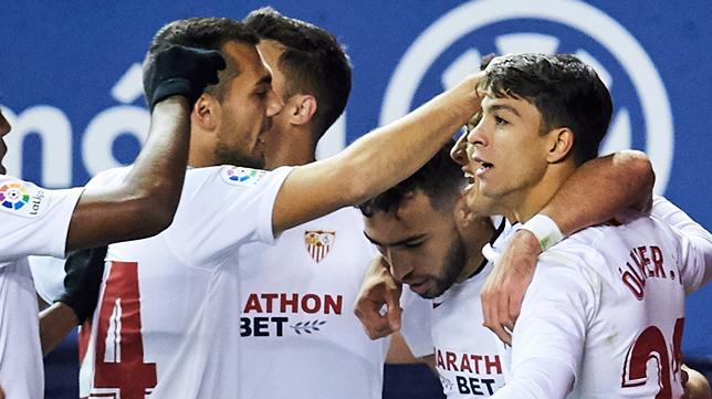 Óliver Torres celbra el gol de Munir con sus compañeros (Foto: SERRANO ARCE)
