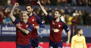 Chimy Ávila celebra su gol al Sevilla